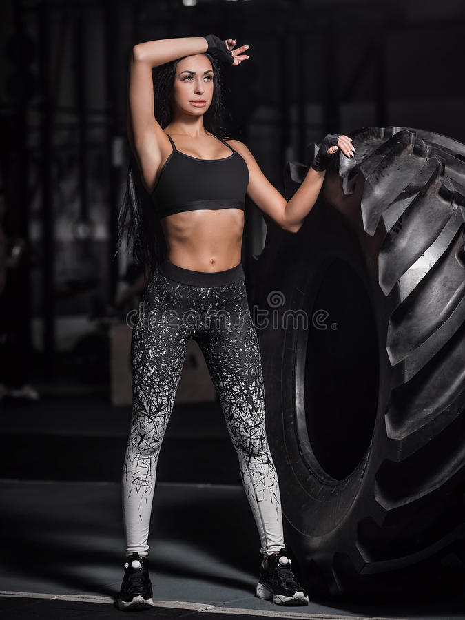 La fille musculaire puissante et attirante s'est engagée dans le crossfit, s'exerçant photographie stock libre de droits