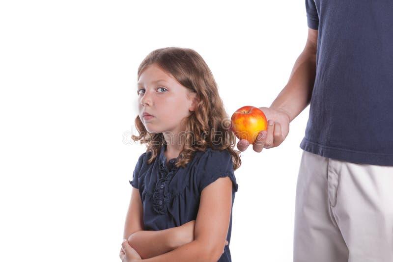 La fille ne mangera pas de la nourriture saine images libres de droits