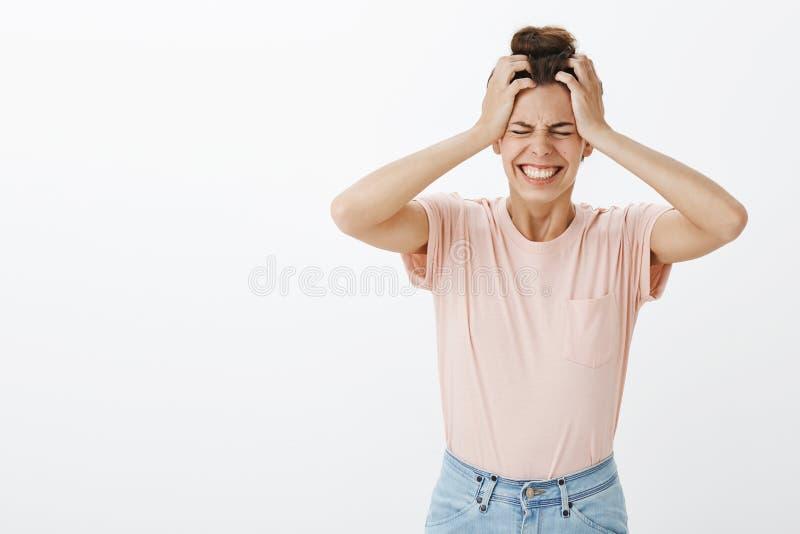 La fille ne peut pas manipuler le phénomène allant de pression sentant la colère et regretter les yeux fermants en tant que tenir photo stock