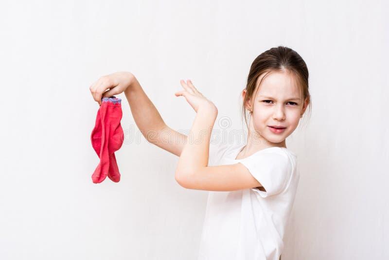 La fille ne peut pas tenir l'odeur désagréable des chaussettes sales images libres de droits