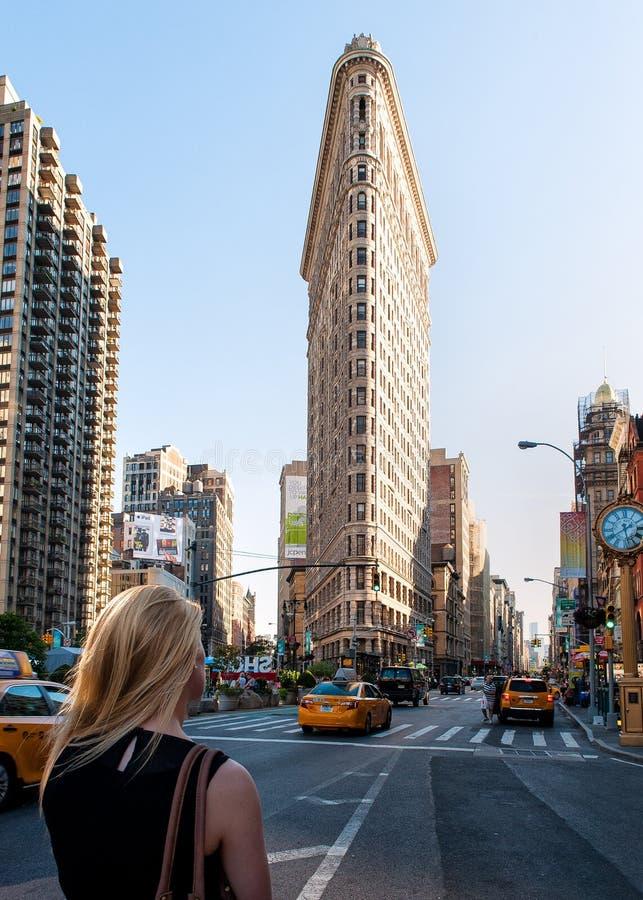 La fille non identifiée regarde le bâtiment de fer à repasser à Manhattan New York. photos stock