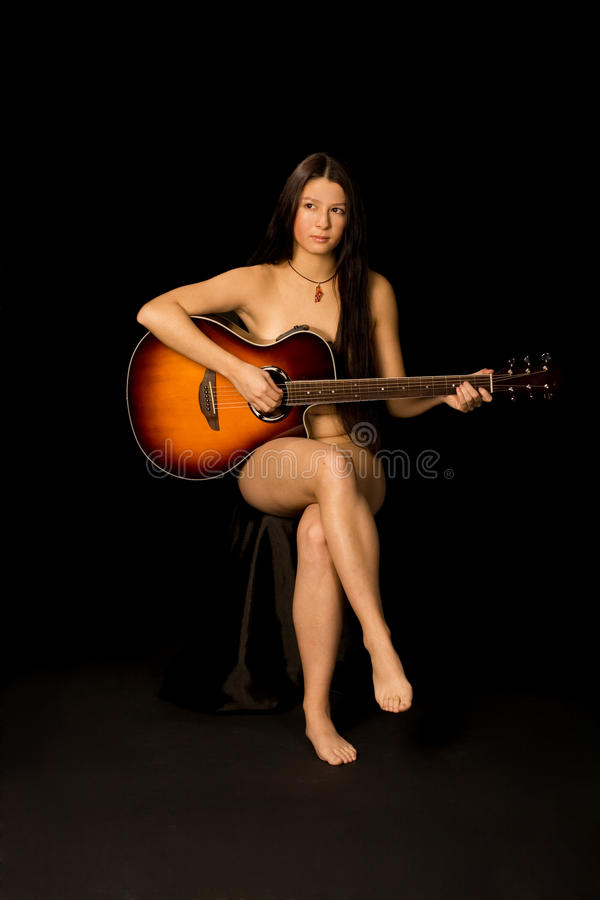 la fille nue attirante joue la guitare photo stock image 14312918. Black Bedroom Furniture Sets. Home Design Ideas