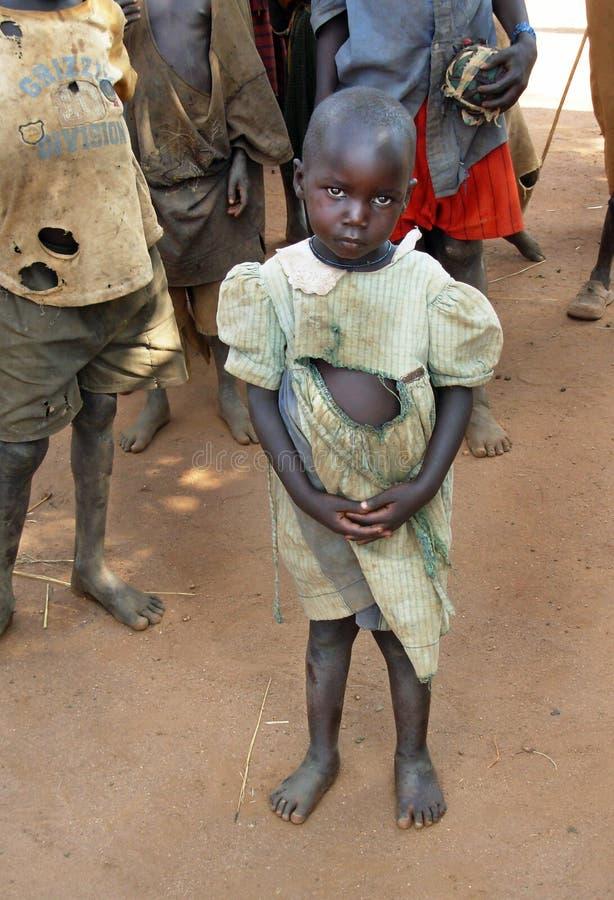 La fille orpheline souffre des effets sécheresse, la famine et la pauvreté Ouganda, Afrique image stock