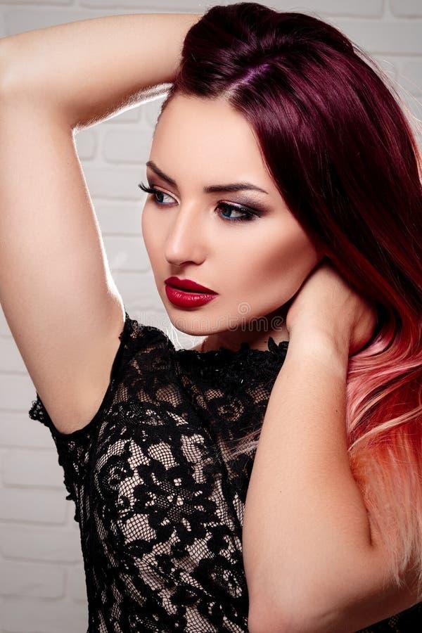 La fille ou la femme élégante avec le beau maquillage se tient sur le CCB blanc image stock