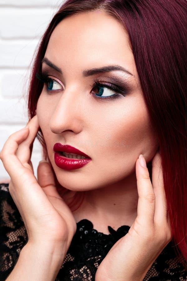 La fille ou la femme élégante avec le beau maquillage se tient sur le CCB blanc photos libres de droits