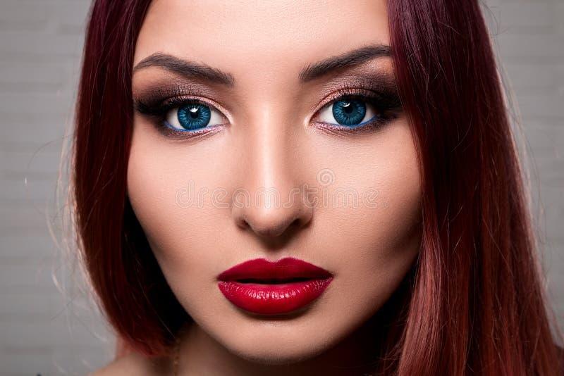 La fille ou la femme élégante avec le beau maquillage se tient sur le CCB blanc image libre de droits