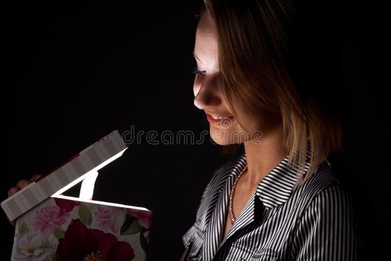 La fille ouvre un cadeau photos libres de droits