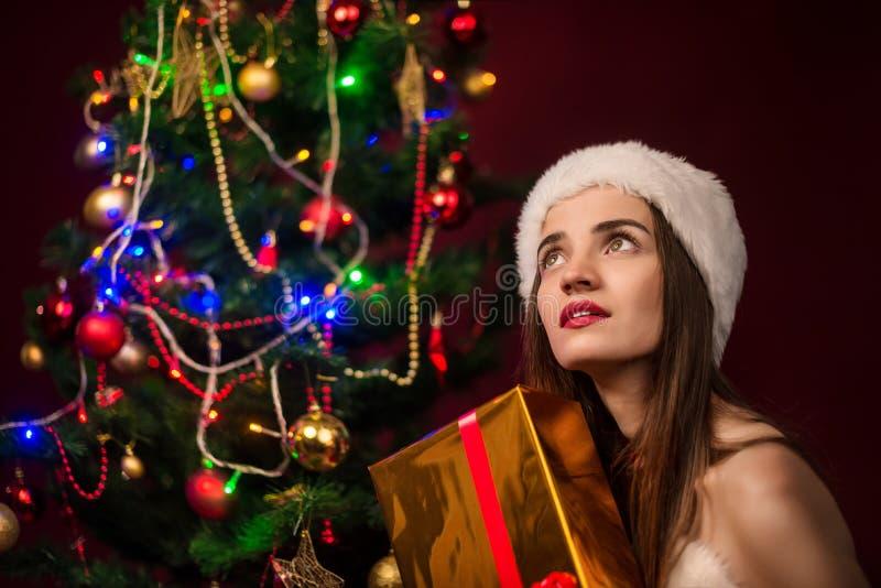 La fille ouvrent une boîte-cadeau photographie stock libre de droits