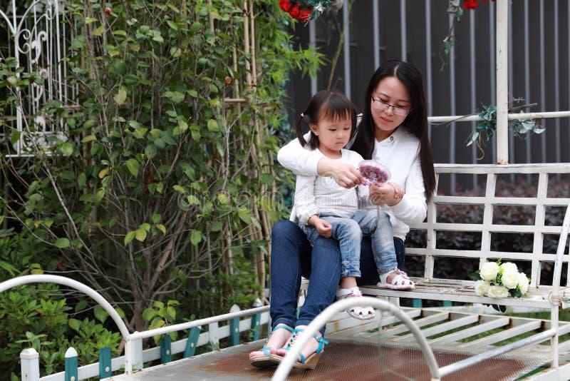 La fille parentale de mère d'activité de famille heureuse de pair jouent et ont l'amusement extérieur dans la fille d'amour de pa images stock