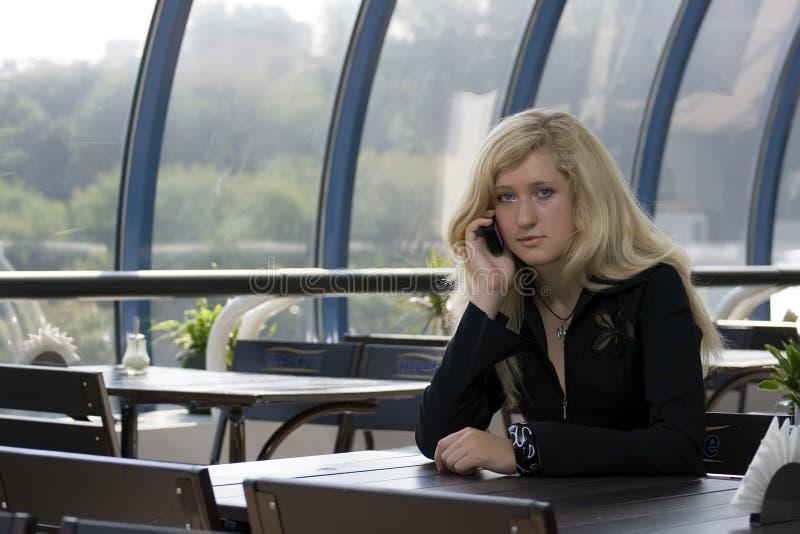 La fille parlant par le téléphone photo libre de droits