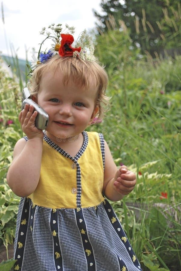 La fille parle le téléphone photo stock