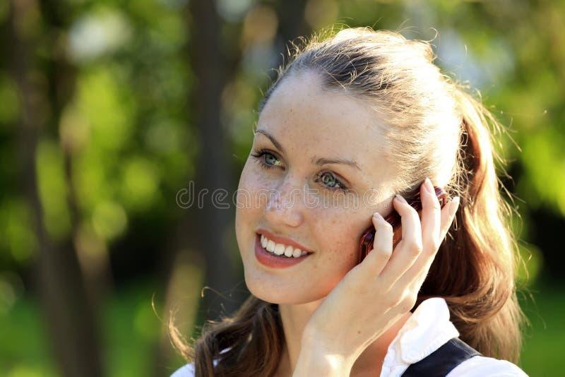 La fille parle par le téléphone portable photos stock