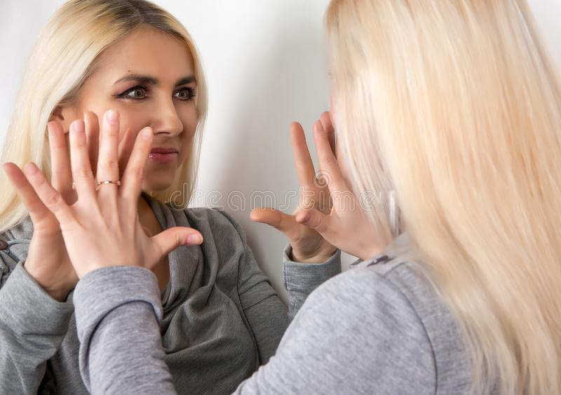 La fille parle vous-même dans le miroir images libres de droits