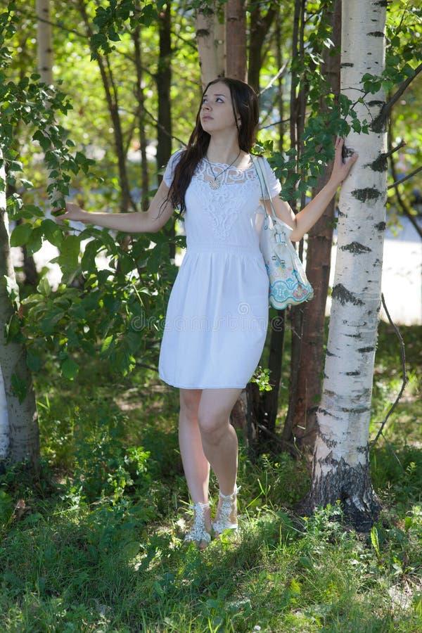 La fille parmi des verts photo libre de droits