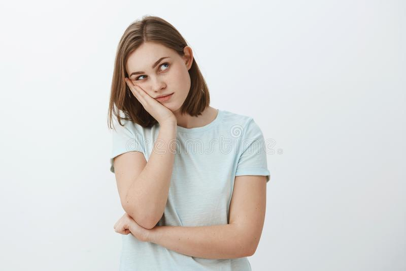 La fille pense le lamé de partie Jeune femelle européenne ennuyée avec la tête de penchement de coupe de cheveux brune courte sur photo stock
