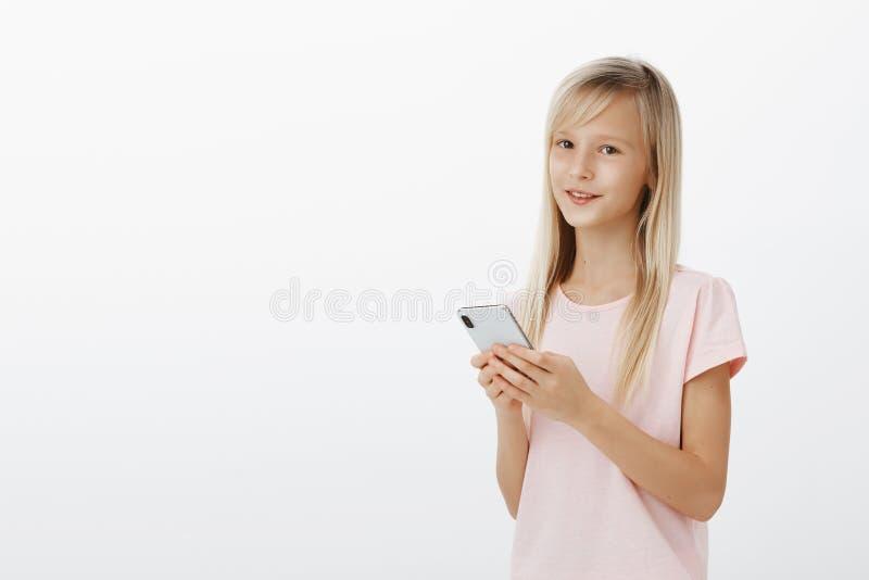 La fille peut utiliser des instruments mieux que des parents Portrait d'enfant en bas âge adorable sûr avec de jolis yeux dans le photographie stock libre de droits