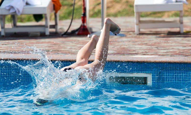 La fille plonge dans la piscine images libres de droits
