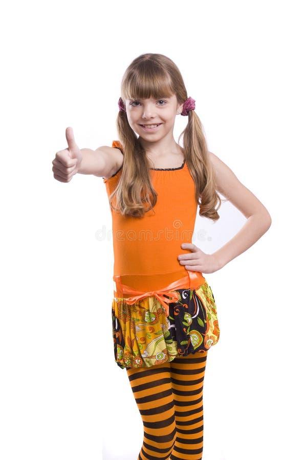 La fille portant la robe orange affiche NORMALEMENT images stock