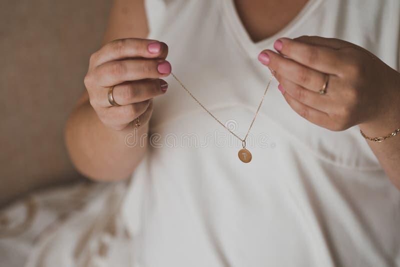 La fille porte un pendant autour de son cou sur une chaîne 1597 d'or photographie stock libre de droits