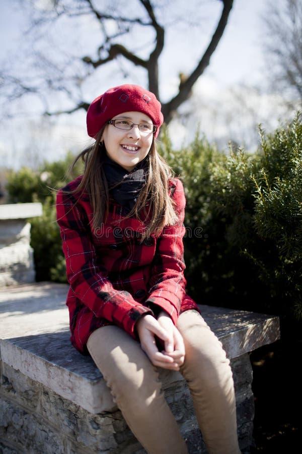 La fille positive d'âge d'école est en stationnement photos libres de droits