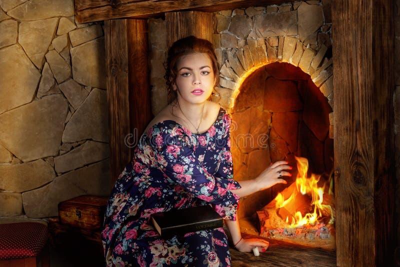 La fille près d'une cheminée image libre de droits