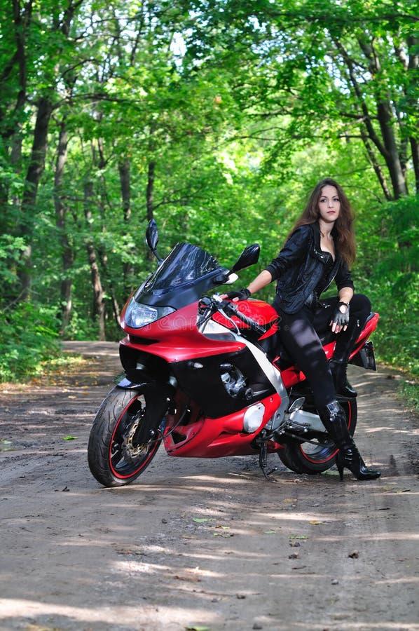 La fille près de l'des sports font du vélo dans les bois photographie stock