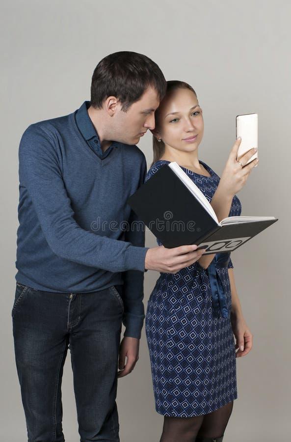 La fille prend des photos d'elle-même avec son téléphone, et les jeunes image libre de droits