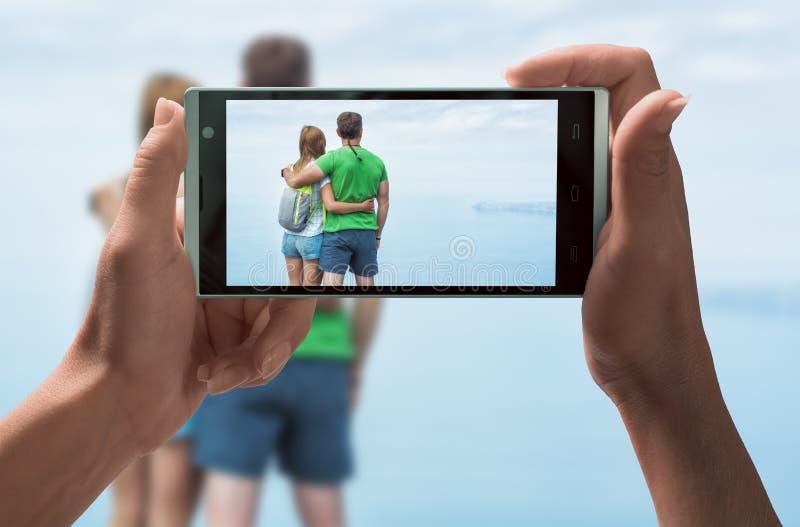 La fille prennent une photo des randonneurs de couples images libres de droits