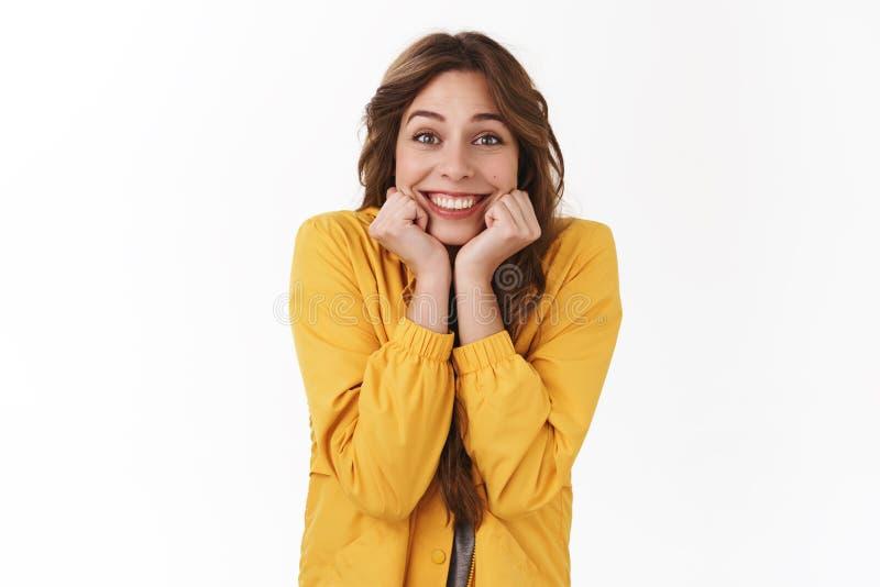 La fille rêveuse idiote timide excitée ne peut pas attendre finalement pour voir le concert a acheté des billets que la position  photographie stock libre de droits