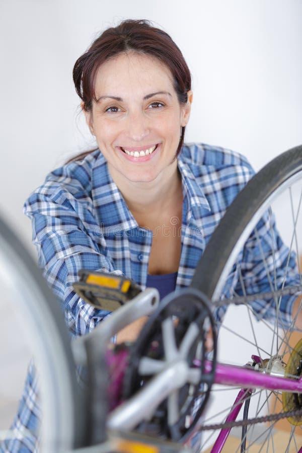 La fille r?parent sa bicyclette photographie stock libre de droits