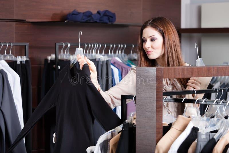 La Fille Recherche Un Tissu Parfait Qui Est Mode Photos stock