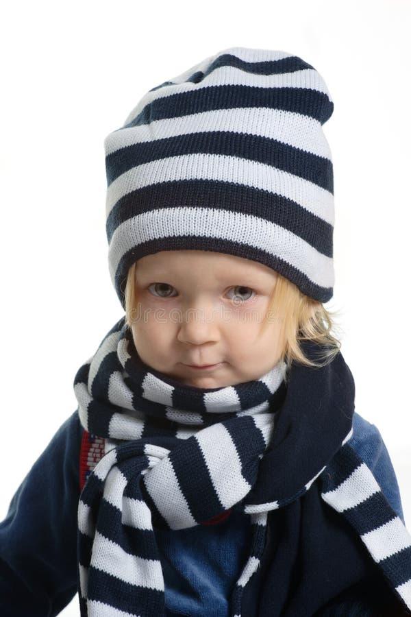 La fille a rectifié avec le chapeau et l'écharpe de l'hiver photos libres de droits