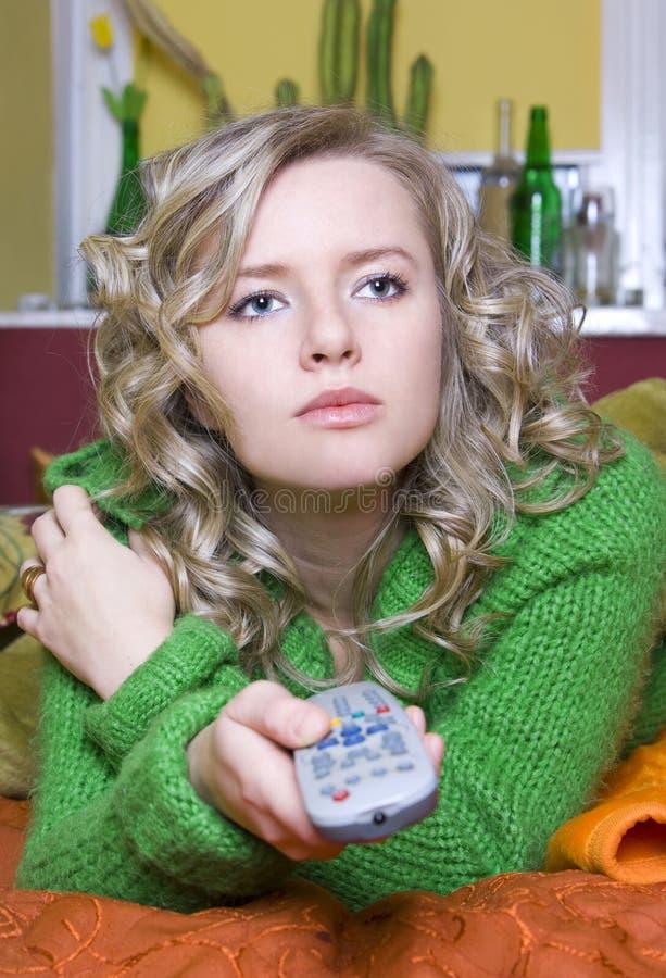 La fille regarde la TV images stock