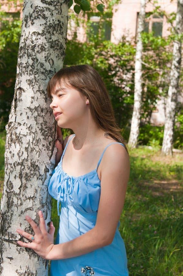 La fille romantique reste près à un bouleau images libres de droits