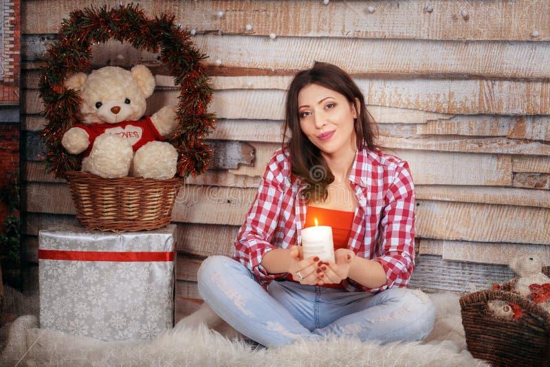 La fille romantique tient une bougie Le concept de la nouvelle année et de moi photo libre de droits