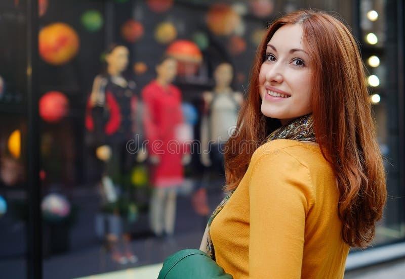 La fille rousse heureuse va faire des emplettes images libres de droits
