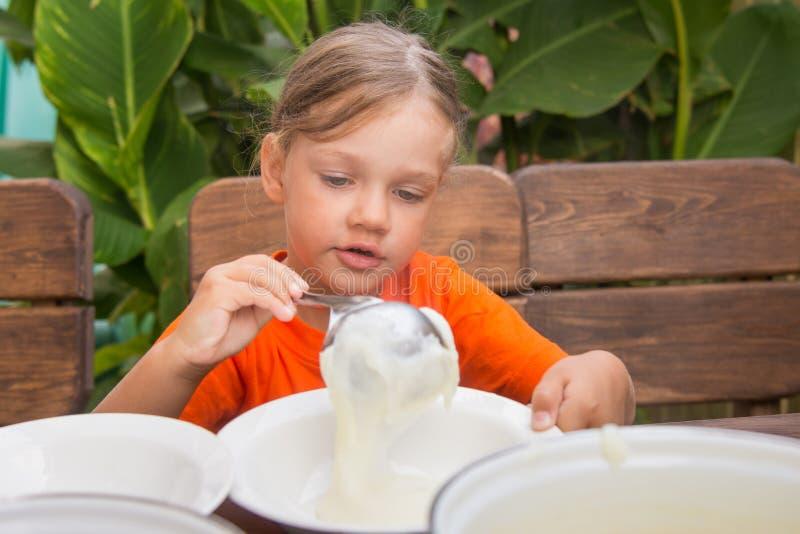 La fille s'étend sur le gruau de petit déjeuner images libres de droits
