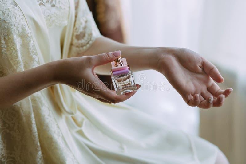 La fille s'arrose avec le parfum images libres de droits