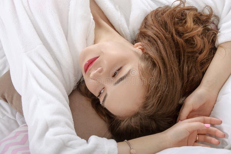 La Fille S'est Réveillée Dans Un Lit Blanc Pendant Le Matin