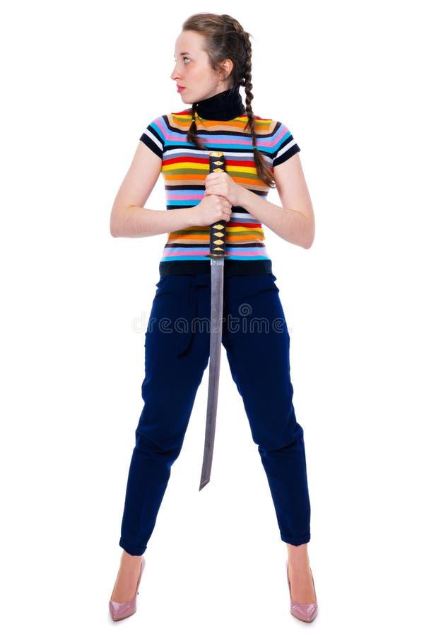 La fille samouraï avec un katana dans des ses mains regarde loin image stock