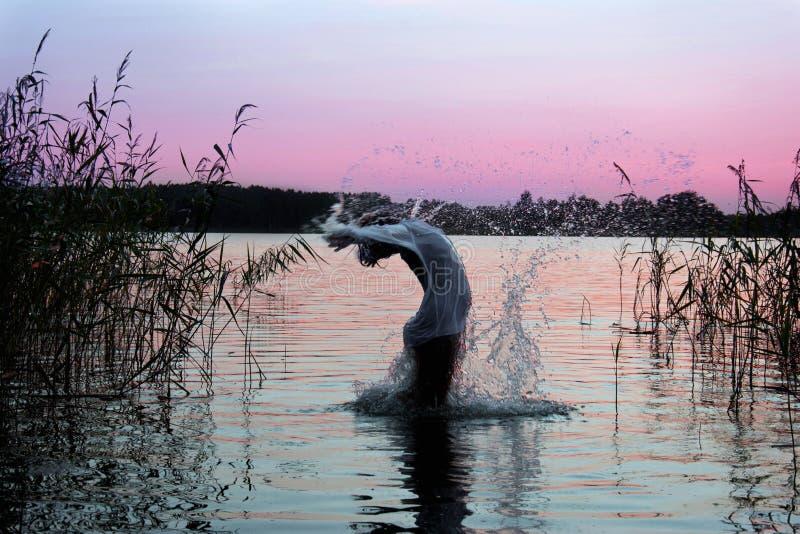 Sauter dans l'eau photo libre de droits