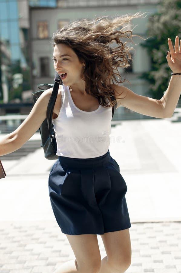 La fille sautant pour la joie dans les rues photographie stock libre de droits