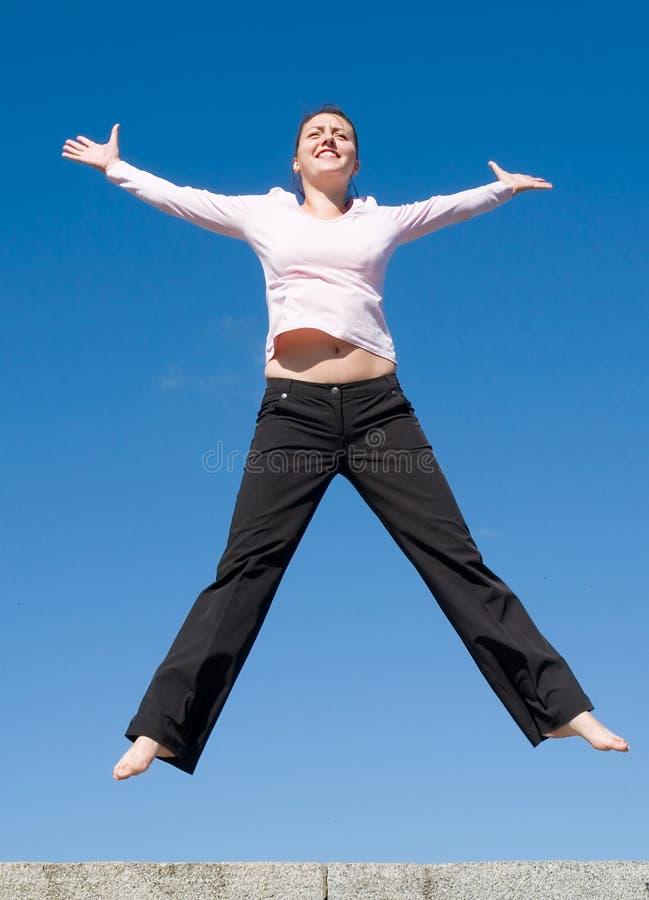 La fille saute photographie stock