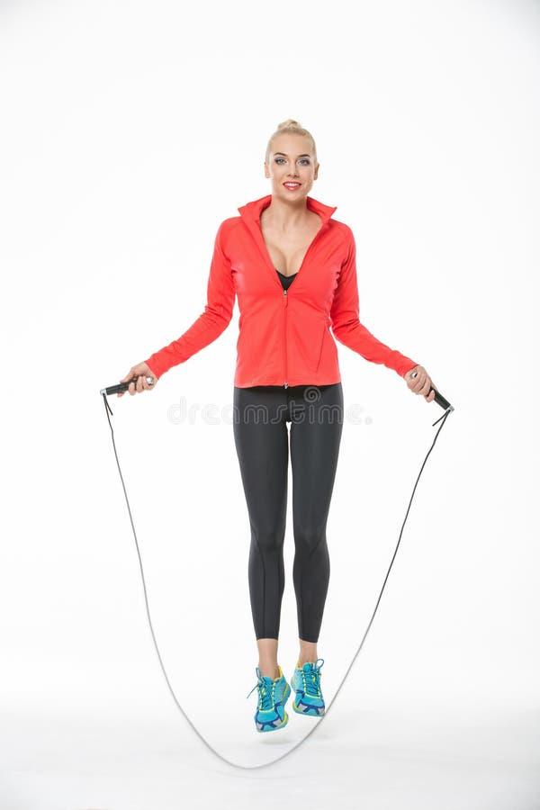 La fille saute avec la corde à sauter photographie stock