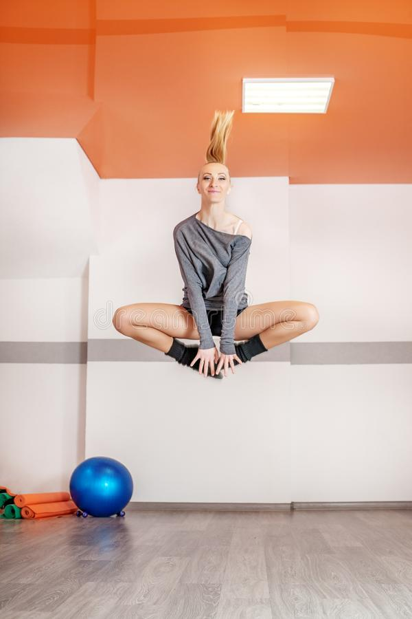 La fille saute dans le gymnase Le concept du sport, de la danse et d'un sain photos stock
