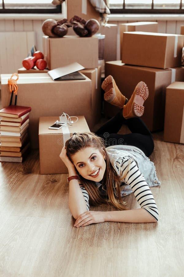 La fille se d?place ? la nouvelle maison photo stock