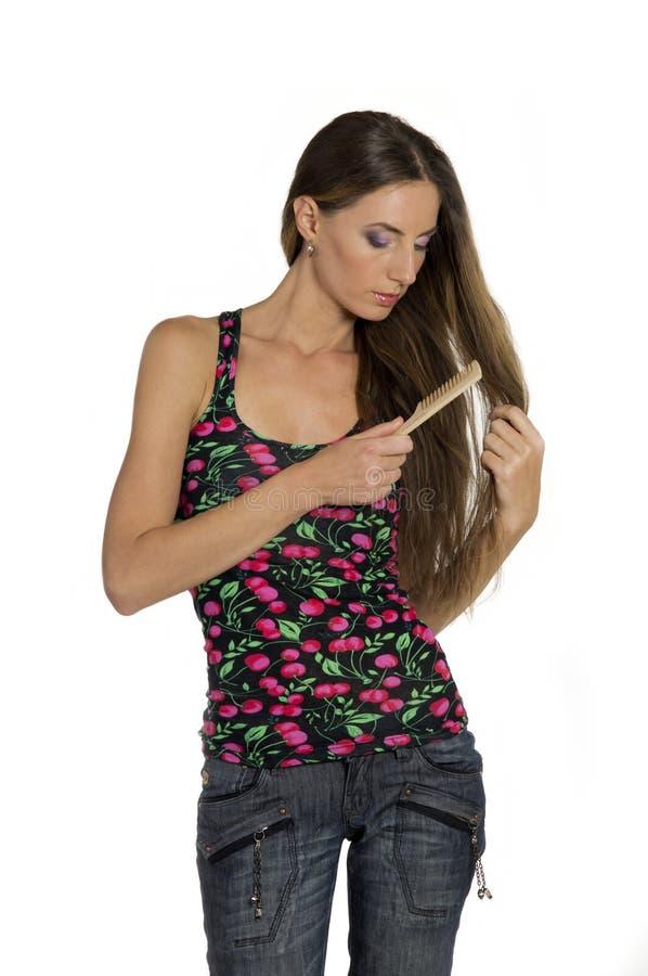 La fille se peigne le long beau cheveu image libre de droits