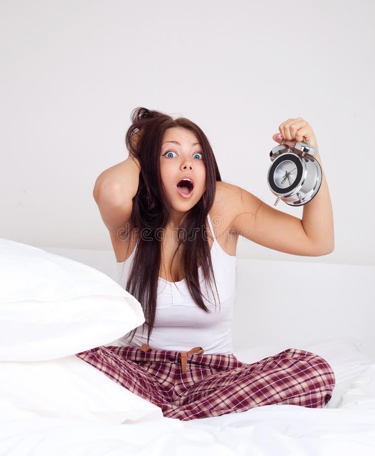 La fille se réveille tard image libre de droits