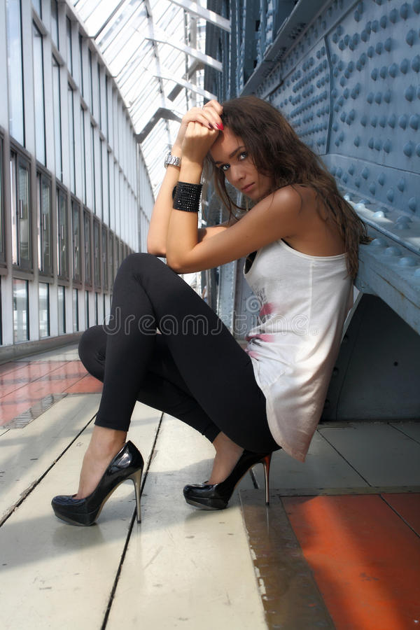 La fille sexy regarde l'appareil-photo photographie stock libre de droits
