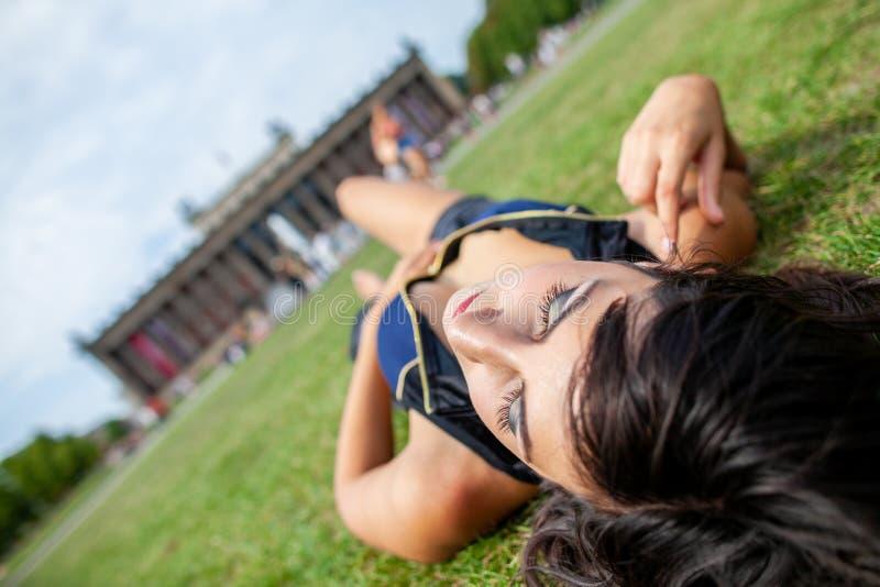 La fille sexy se trouve sur des gras chez Lustgarten images libres de droits